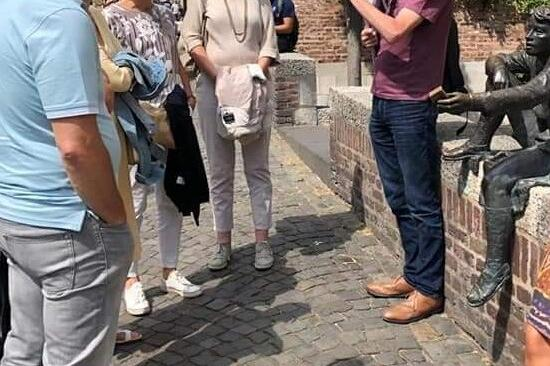 Een groep luistert aandachtig in de Stokstraat in Maastricht