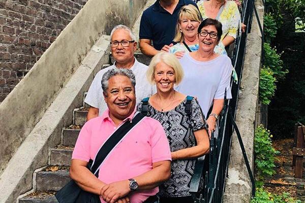 Een blije groep tijdens een wandeling van Alde Caerte