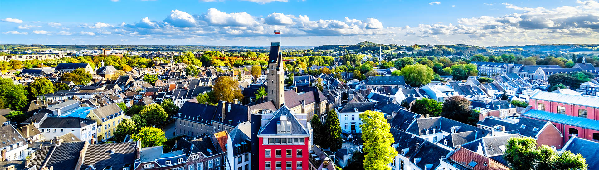Blik op het Jekerkwartier en de Sint Pietersberg in Maastricht