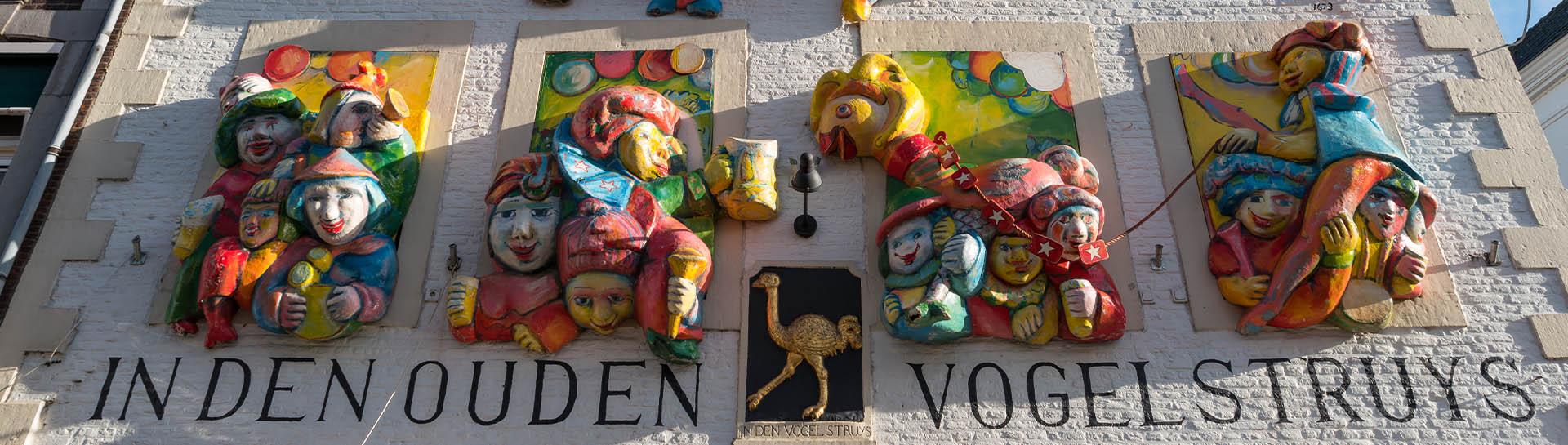 De versierde gevel van Café In Den Ouden Vogelstruys