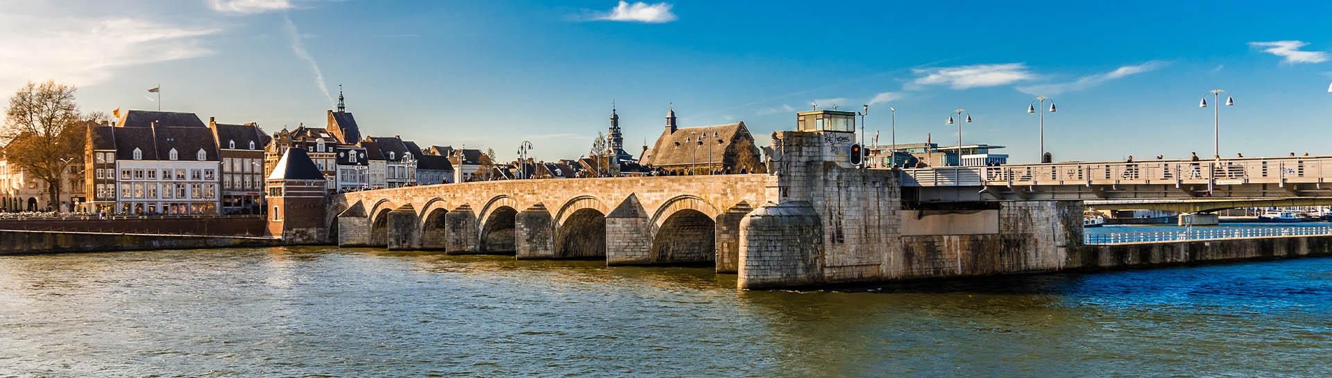 De Sint Servaasbrug met de skyline van Maastricht